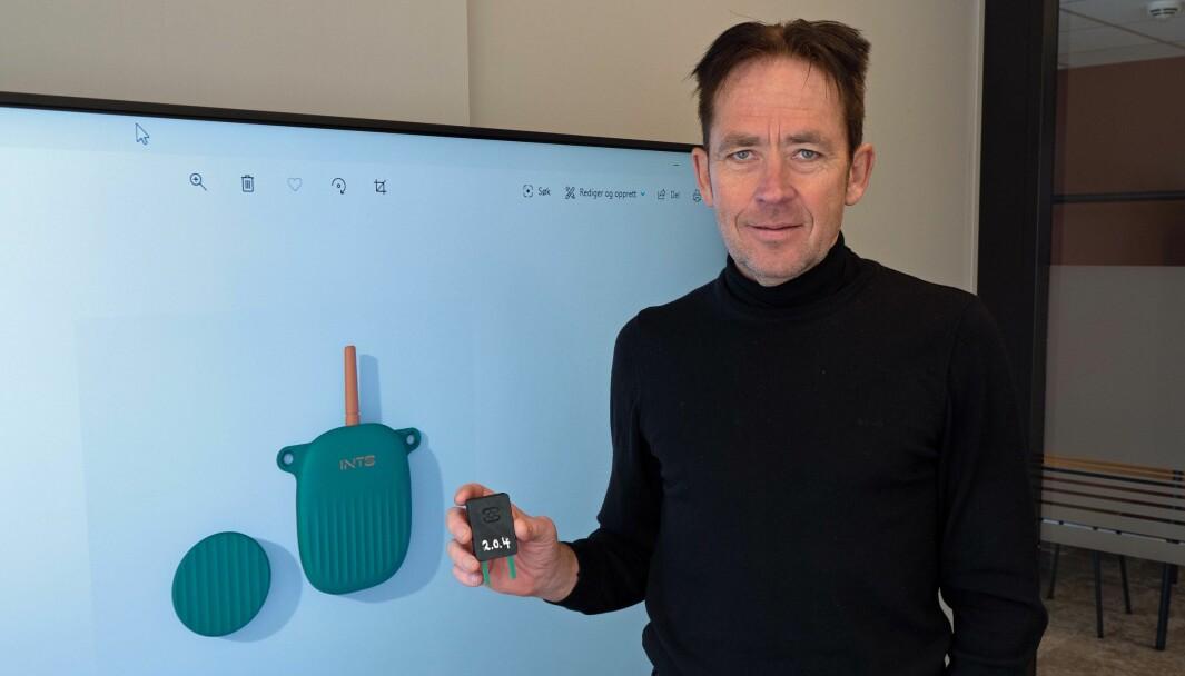 TRÅDLØS: Nå begynner volumproduksjonen, sier Tor Ove Nesset i Sensor Innovation. Han har den gamle sensoren i hånden og den nye på skjermen.