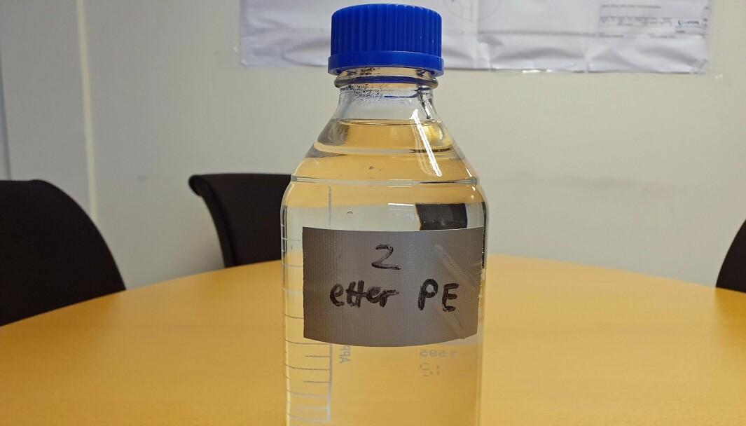STINKENDE: Denne vannprøven fra Flekkefjord er tatt i februar, og den lukter vondt ennå.
