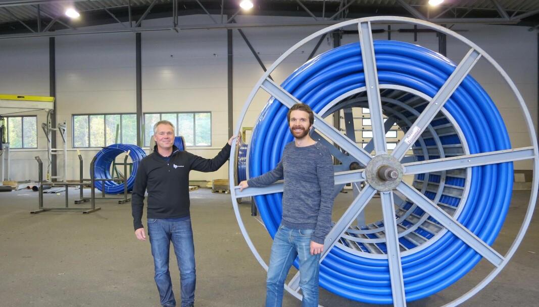 STRENGT: Det er strenge regler for hvilke råvarer som er godkjent til drikkevann, og fabrikken tilsetter ingenting, sier Sverre Tragethon (til høyre, her sammen med salgssjef Martin Andersson).