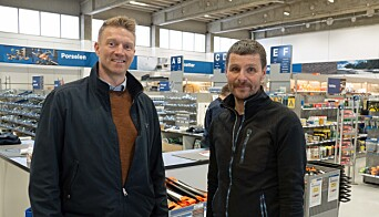 HANDLER: Han driver sin egen enmannsbedrift i Melhus – Rune Ekren (til høyre) synes det er greit å komme innom servicesenteret, forteller han til Tor-Erik Sivertsen.