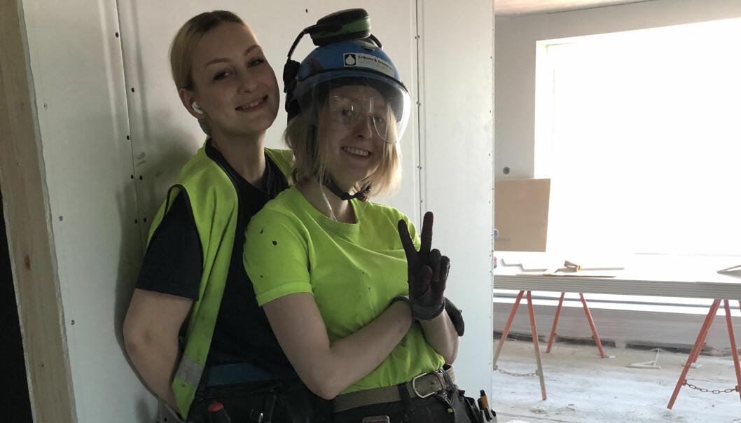 Lærlingene Sophie Ålandslid Grühn og Ida Weea Børstad stortrives hos Eriksen & Jensen AS. Bildet er tatt på byggeplass i Sandvika hvor bedriften installerer rør i 150 leiligheter.