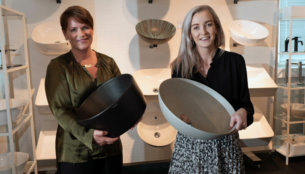 VISER FREM: Berit Solberg Folden (til venstre) og Christine Caspersen viser frem produktene sine til over 20 000 på Instagram.