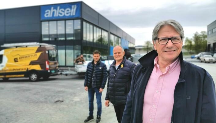 NY BUTIKK: Olav Sandvik (selger VVS), Terje Kjølås (salgssjef VVS) og Morten Hartweg (regional salgssjef VVS) er om få dager klare til å tå i mot rørleggerne i byen.