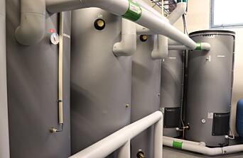Tre parallellkoblede SRS ECO 500 3x5 kW beredere og to 500-liters spiss-akkumulatorer fra Høiax.