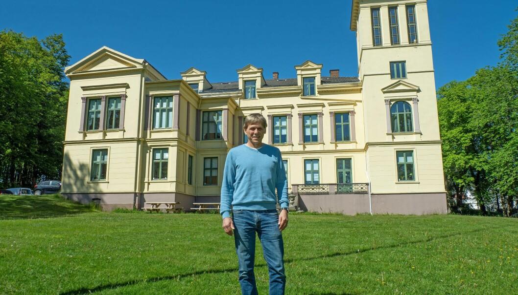 VARMEPUMPE: Selv det gamle kurhotellet, herredshuset og kultursenteret fra 1879 der eiendomsselskapet til Larvik kommune holder til, har fått varmepumpe, forteller Bjørn Langjordet.