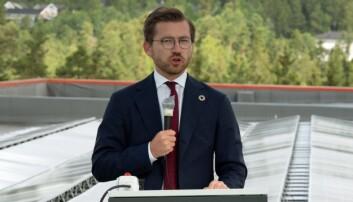 KLIMAMÅL: – Denne typen anlegg er helt avgjørende for at vi skal nå klimamålet, sier klima- og miljøminister Sveinung Rotevatn, som trykket på knappen for å åpne solcelleanlegget.