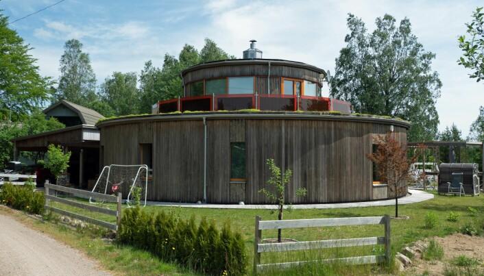 RUNDT: Simone Kreutzer Wesslund og Tommy Wesslund bygde sitt eget, runde passivhus og har tatt med seg erfaringene over i mer tradisjonelt utseende boliger.