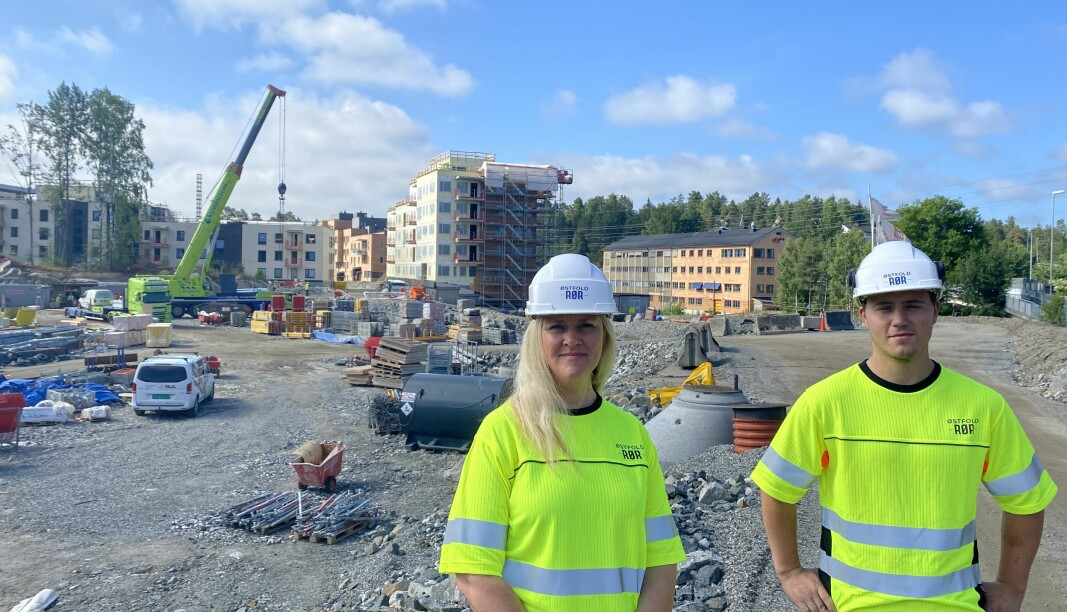 Prosjektleder Marte Skarpnord og rørlegger Benjamin Jansen foran byggeplassen til Torgkvartalet Myrvoll Stasjon.