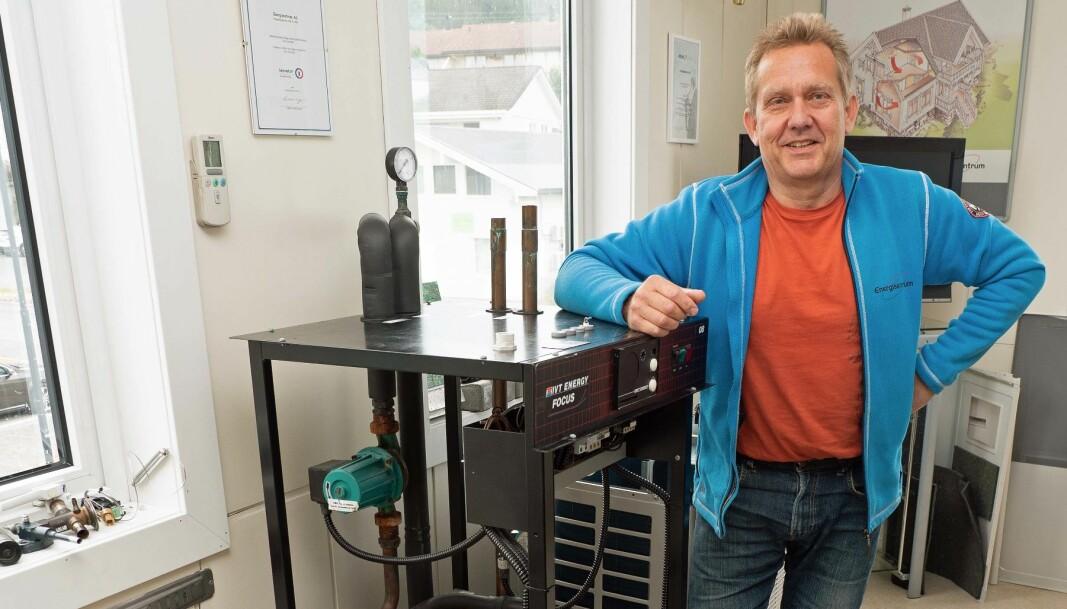 OPPLÆRING: Den er oversiktlig og egner seg godt til opplæring, sier Eddie Kalvatn om sin egen gamle varmepumpe. Den står i lokalene til Energisentrum på Skodje.