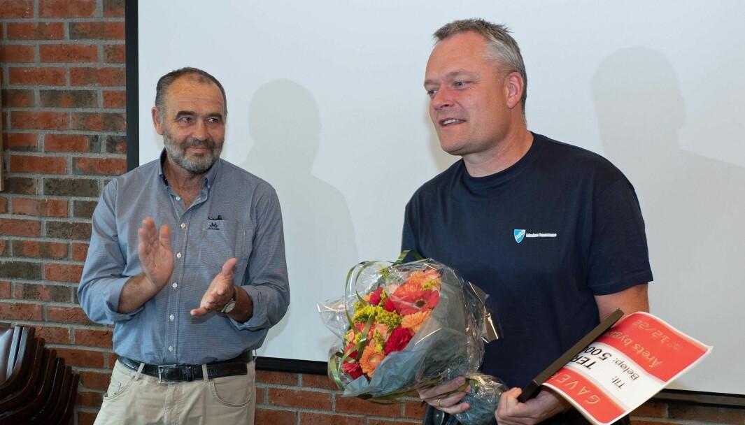 HEDRET: Stein Gulbrandsen (til venstre) overrakte prisen som årets byggdrifter til Terje Hagen i Modum kommune.