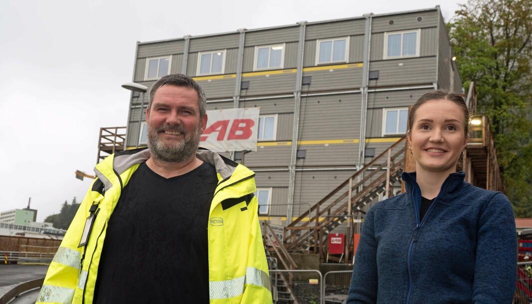 PÅ STELL: På Haukeland er alt på stell på brakka, forteller Espen Nordvik og Eli Vintertun. Entreprenøren Lab fikk da også prisen som beste brakkeriggansvarlige i fjor.