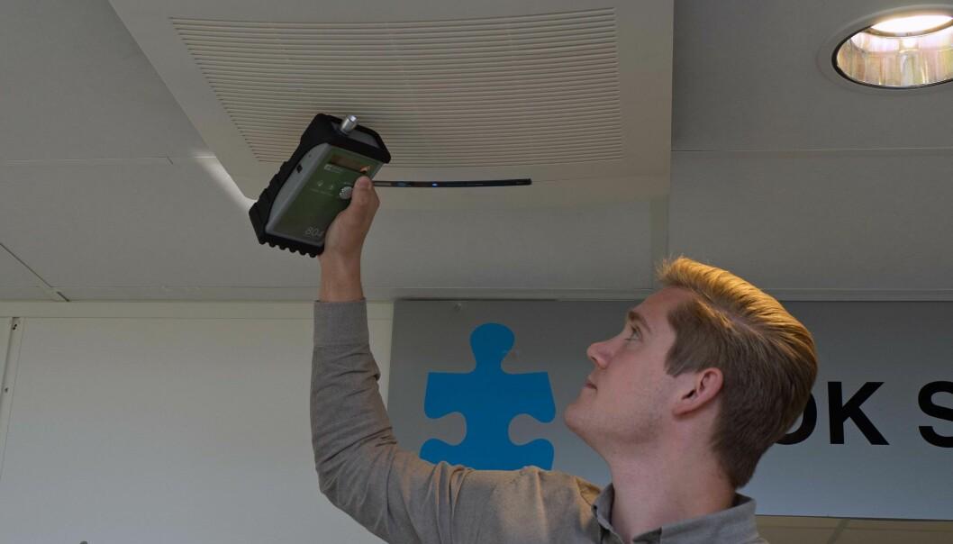 MÅLER: Luftrenserne tar mikropartiklene og gjør inneluften ren, ifølge Mats Solberg, som måler for å bevise det.