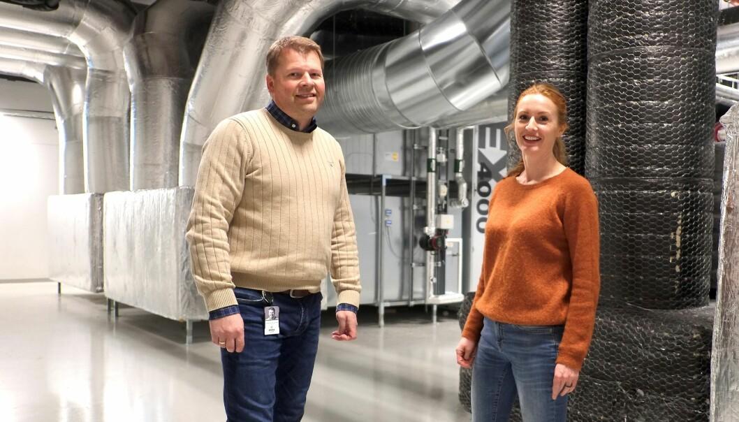 FORNØYD: Driftssjef hos Bara Eiendom, Christer E. W. Nilsen, og administrerende direktør, Ingse Galtung Døsvig, er svært godt fornøyd med å ha fått på plass et energioppfølgingssystem for sine eiendommer i Kronstadparken i Bergen.