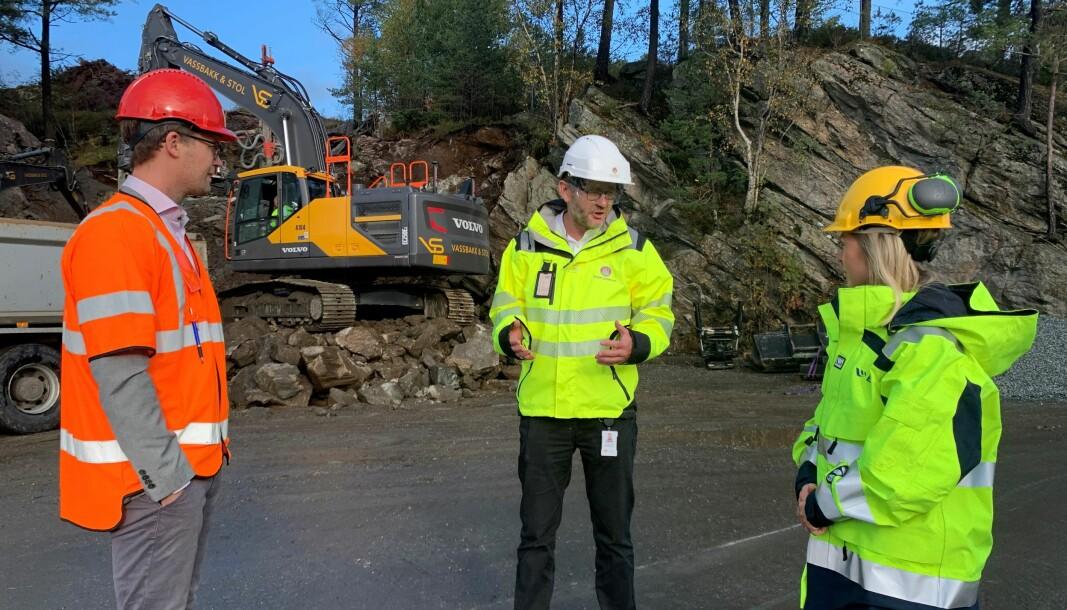 SAMARBEIDER: Bergen kommune samarbeider med BKK for å nå ambisjonen om utslippsfrie byggeplasser. F.v.: Byråd for finans, næring og eiendom, Erlend Horn, direktør i Etat for utbygging i Bergen kommune, Willy-André Gjesdal og prosjektleder for innovasjon i BKK, Camilla Moster.
