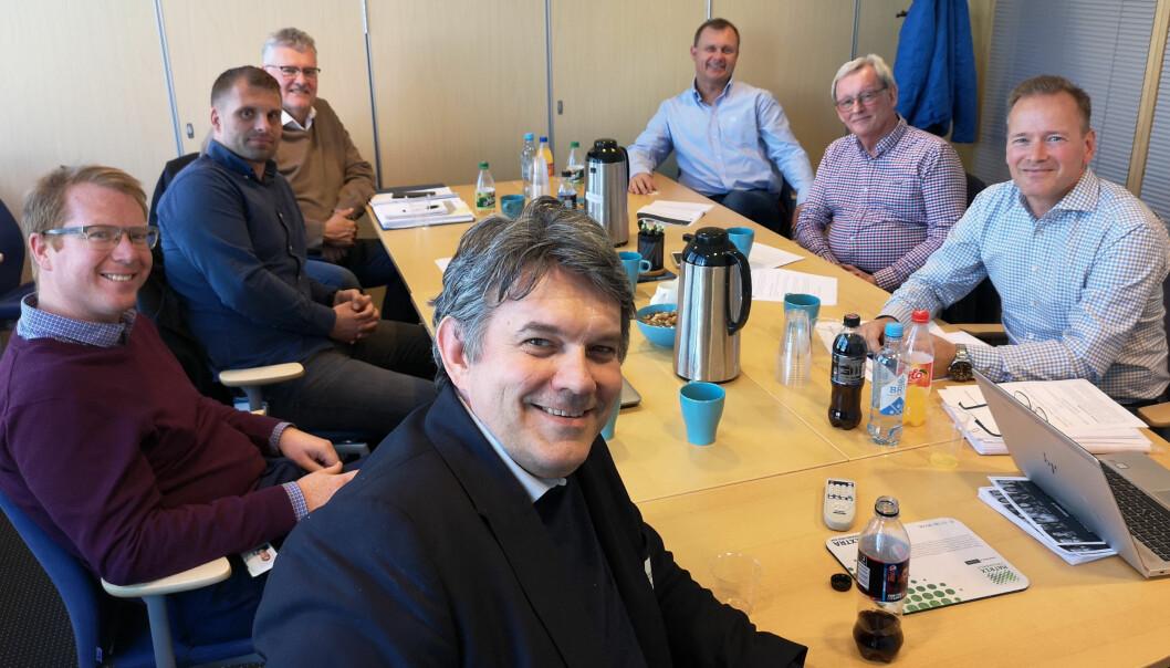 Stortingsrepresentant og medlem i Næringskomiteen, Tom-Georg Nilsen (H) (fremst) takket for god dialog med utvalget i mai 2019. De andre rundt bordet (fra venstre): Jomar T. Heggdal (BNL), Tomas Kristoffersen (Bravida), Gunnar Harald Quam (Caverion), Frank Utne (Anders O. Grevstad), Dag Halvorsen (Sig Halvorsen), Torkild Korsnes (K. Lund).)