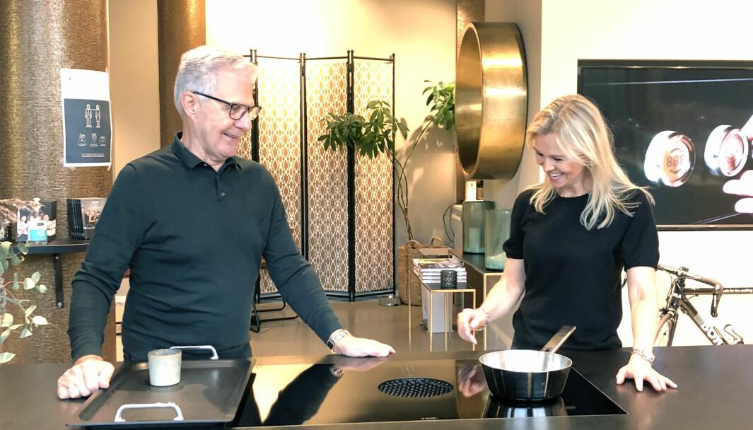 Leif Amdahl og daglig leder i Morten Engebretsen As, Eva Hannisdahl i hyggelig prat rundt boligventilasjon og downdraft.