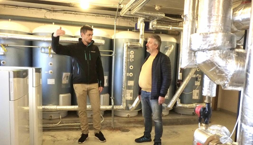 FORNØYD: Borettslagsleder i Prestestien borettslag, Bjørn Wisnes (t.h), er godt fornøyd med bergvarmeanlegget som Ronny Kvamme fra Thunestvedt har levert.
