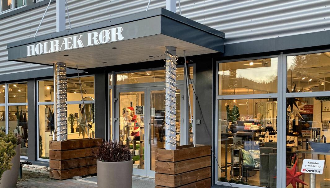 UTE: Bare en logo på parkeringsplassen er igjen etter at Holbæk Rør gikk ut av Comfort.