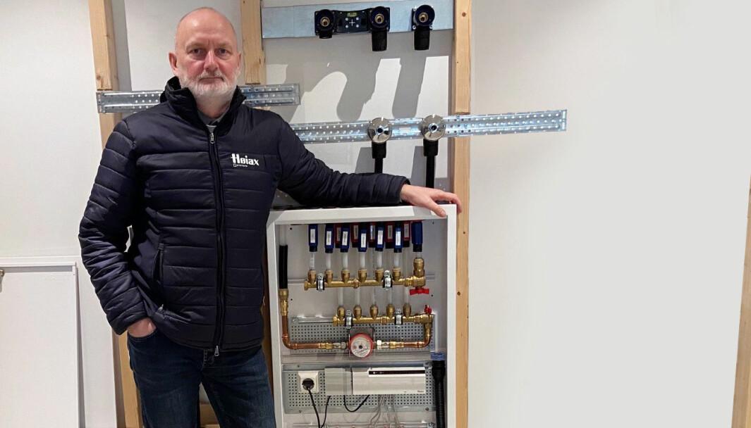 Finn Olaussen, Produktgruppesjef Prefab viser frem Høiax Prefabrikkerte fordelerskap.