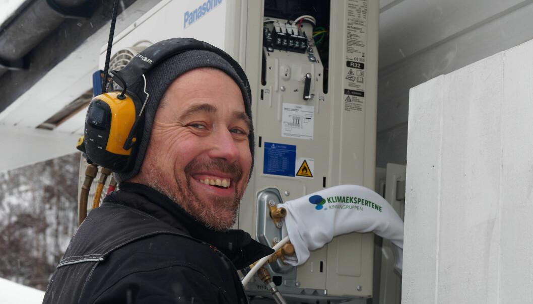 LANG SESONG: Vanligvis ville nysalget av varmepumper ha stoppet opp nå. Per Tormod Andersen i Passiv Energi monterer videre.