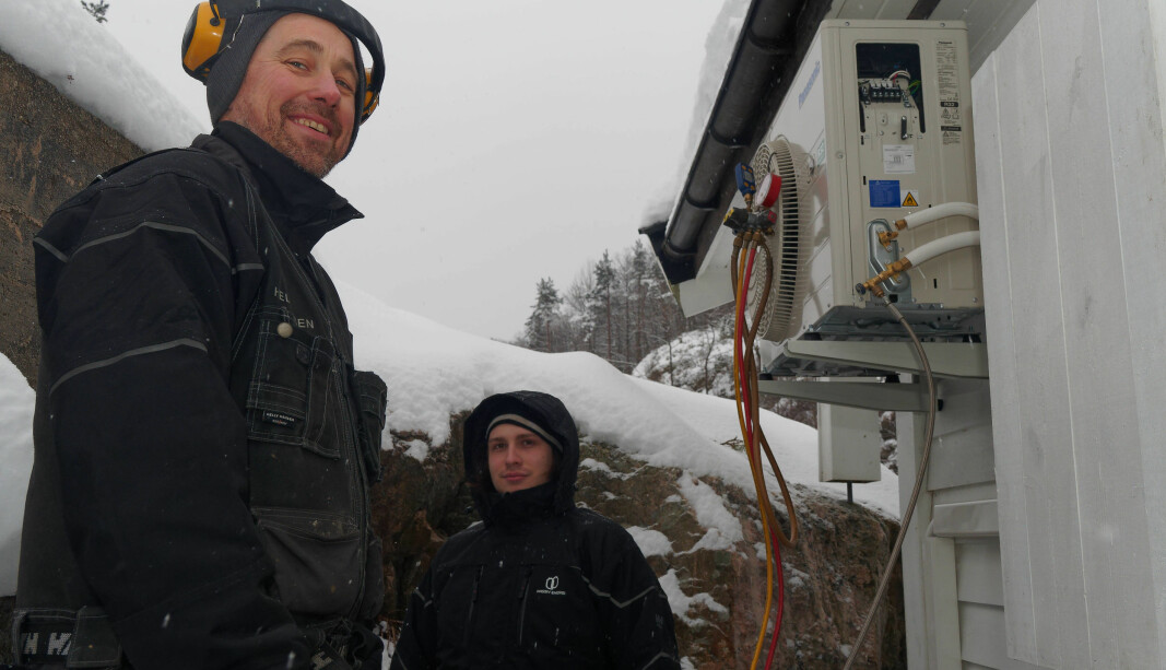SNØFØRE: Vinteren varer, og Per Tormod Andersen (til venstre) og Nicolas Mathisen Andersen monterer varmepumper.