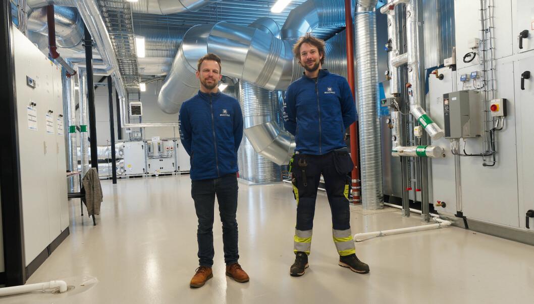 INNEKLIMA: Bjørn-Inge Bekkavik (til venstre) og Benjamin Kristiansen har sørget for ventilasjonen på Skien videregående skole.