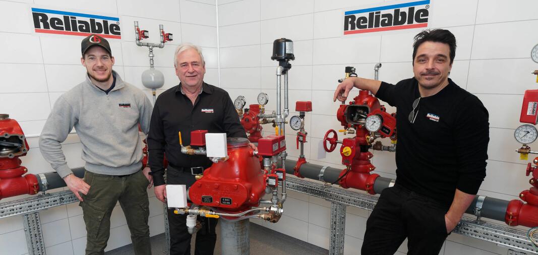 INVITERER: Så fort det blir mulig, inviterer de til nybygd showroom – Thomas Knutsen (fra venstre), Miroslaw Fornal og Morten Sundby.