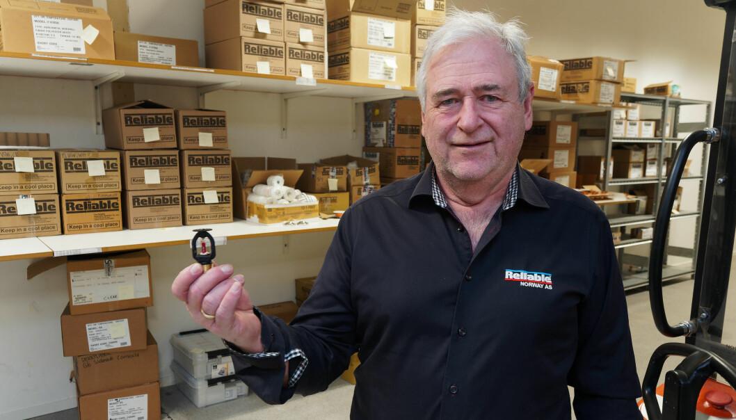 HELSVART: Morten Sundby forteller blant annet om konkurrenter som kommer og handler svarte sprinklerhoder, siden Reliable har det på lager hele tiden.