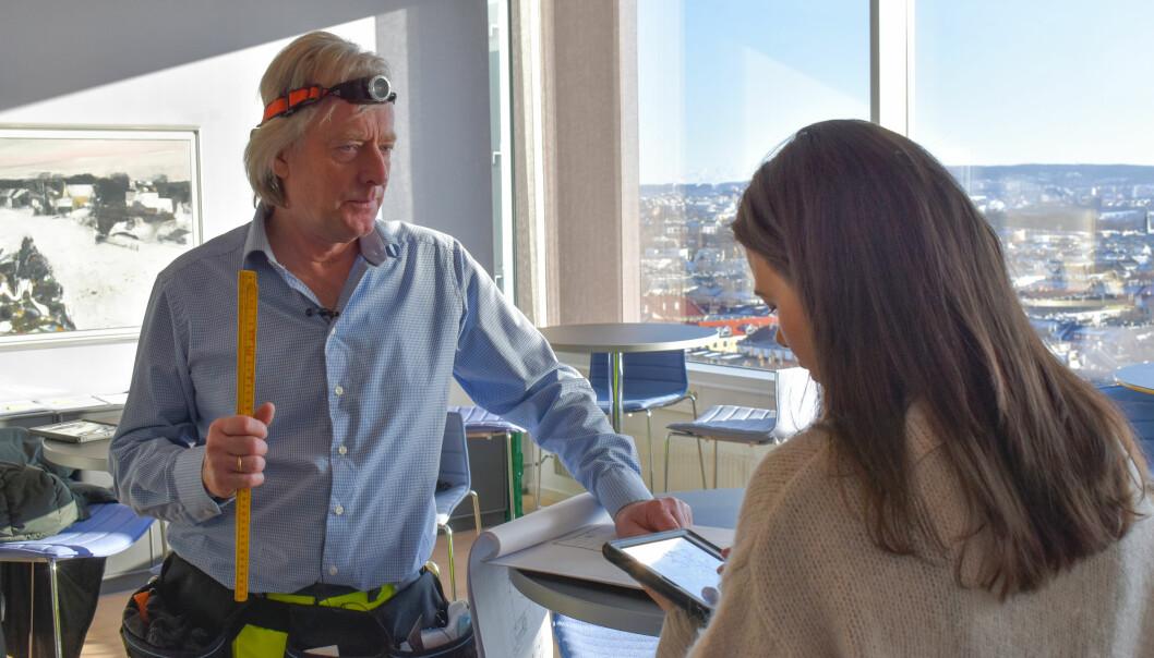 Miljørådgiver Eirik Rudi Wærner og rådgiver bygningsforvaltning Trude Ytterland Nygård diskuterer ombruk av materialer.