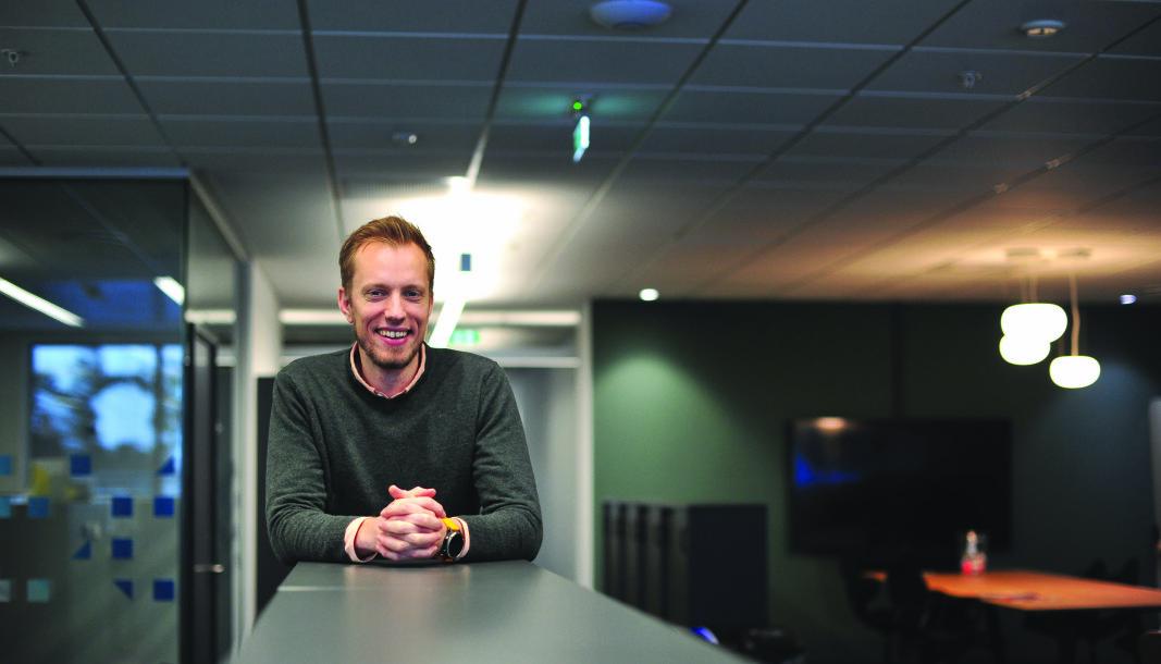 I TAKET: Tevas sin Prepart-løsning samler en rekke tekniske komponenter i en alt-i-ett-løsning. Modulen som du ser i taket over daglig leder i selskapet, Eirik Fossmark Lohne, er nå på vei inn i to større nybyggprosjekter i Bergen.