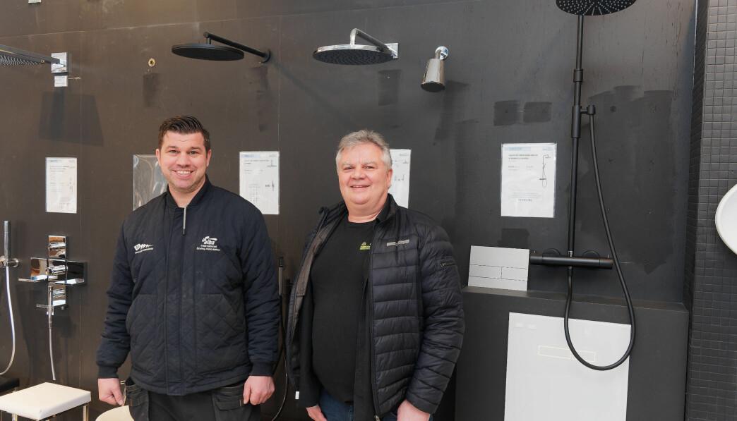 PÅKOSTET: Takdusjer er gode eksempler på utviklingen som Robert (til venstre) og Knut Saue Slåke forteller om: Klart høyere standard på badet i løpet av få år.