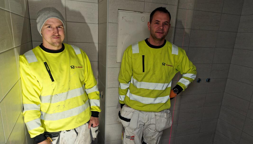 SAMARBEID: Murerne Morten Granhaug (til venstre) og Geir Dillerud hos Th. Johansen må samarbeide godt med rørleggerne for at fremdriftsplanen skal gå greit å holde.