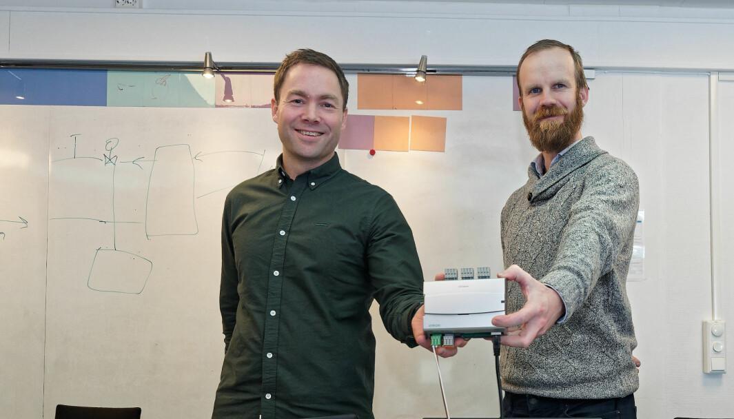 PÅ BOKS: I boksen og PC-ene som Gjermund Tomasgard (til venstre) og Jon Olav Aurdal viser frem, ligger alt som skal til for å få hele det tekniske anlegget til å fungere sammen lenge før det er installert