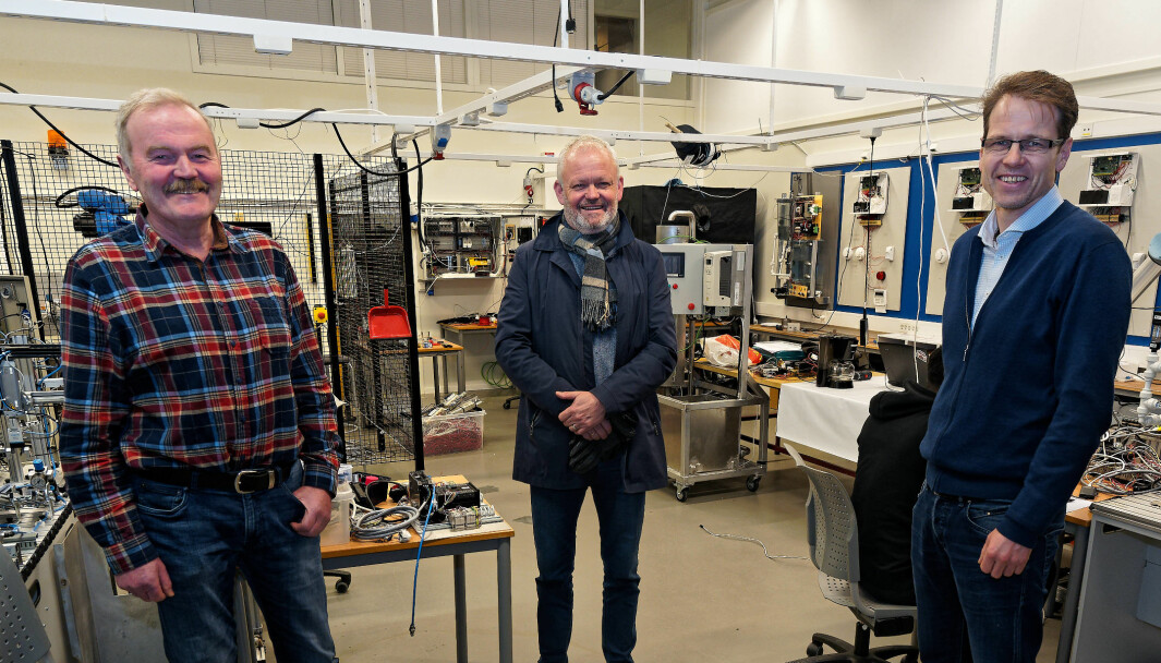PÅ TVERS: De skal lære bort på tvers av fagene og tilby både fagskole og ingeniørstudier fra virtuell campus på Nordfjordeid – Ove Bjørlo (fra venstre), Arild Hjelmeland og Ove Lillestøl hos Inviro og Eid vidaregåande skule.