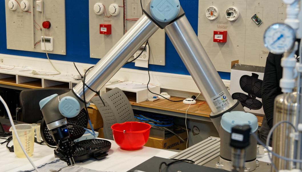 VAFFELROBOT: Når elevene får programmere roboten til å lage fredagsvaflene, blir det enklere å skjønne hvordan de må vite litt om flere fag.
