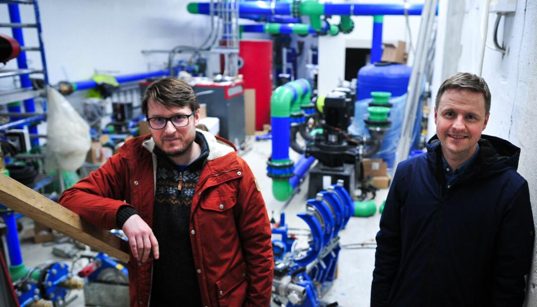 ENERGISENTRAL: Daniel Oestreich fra Bergen Rørteknikk og Ole Jørgen Fæø fra Theodor Eiendom i den nye energisentralen.