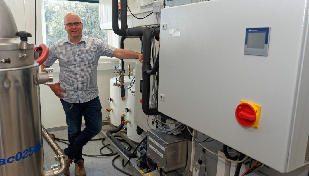 HET FORSKNING: På laboratoriet i Trondheim forsker Michael Bantle på varmere og mer effektive varmepumper.