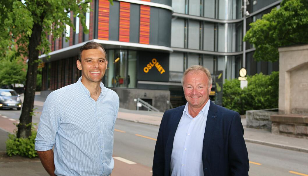 Dekan ved Fakultet for teknologi, kunst og design ved OsloMet, Carl Christian Thodesen (til venstre), og konserndirektør Bård Hernes ved Norconsults hovedkontor, ser fram til utveksling av kunnskap og praksis med den nye samarbeidsavtalen.
