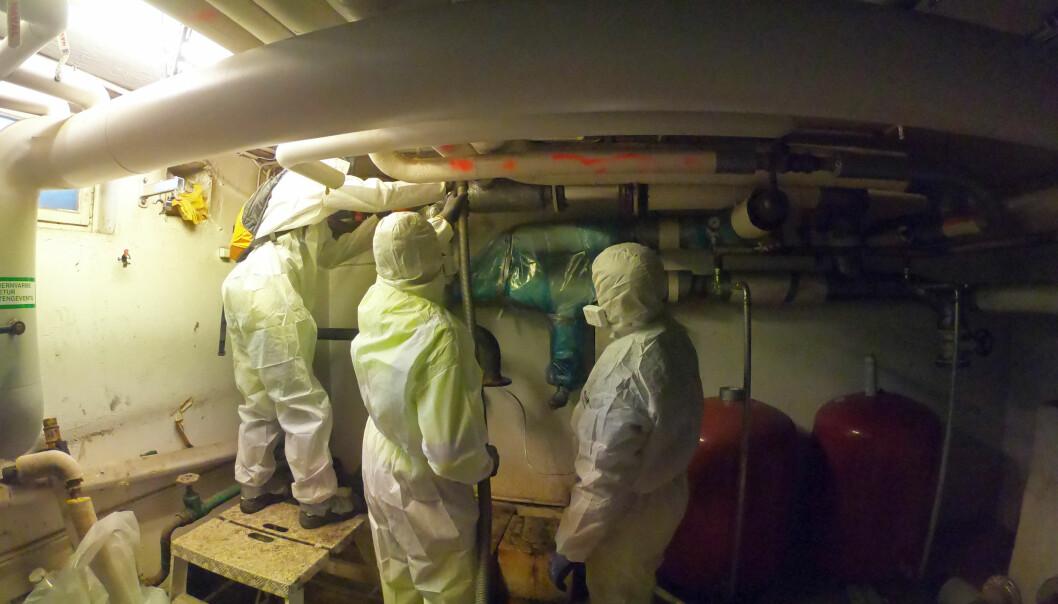 FORSKET: Stami har undersøkt asbestinnholdet i luften ved rørsanering. Her er rørdelen som skal fjernes, pakket inn i plast og fjernes som én enhet – men det er asbest i luften likevel.