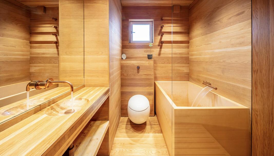 TREBAD: Eksperimentbadet får opp temperaturen akkurat når det trengs. Nå bygger Oslotre baderomskabiner i tre sammen med Aanesland Fabrikker.