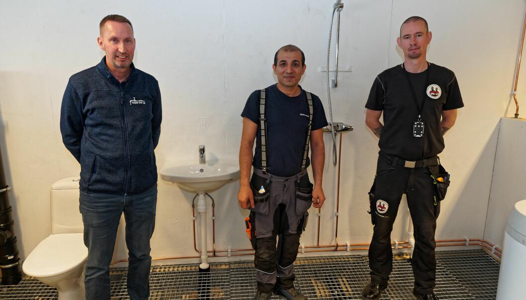 FORNØYDE: Bilal Isa (i midten) gjorde prøvenemnda fornøyd – Kjetil Hagen i Hagen VVS (til venstre) og Magnus Hellstrøm i Bygningsarbeidernes Forening bedømte prøven hans.