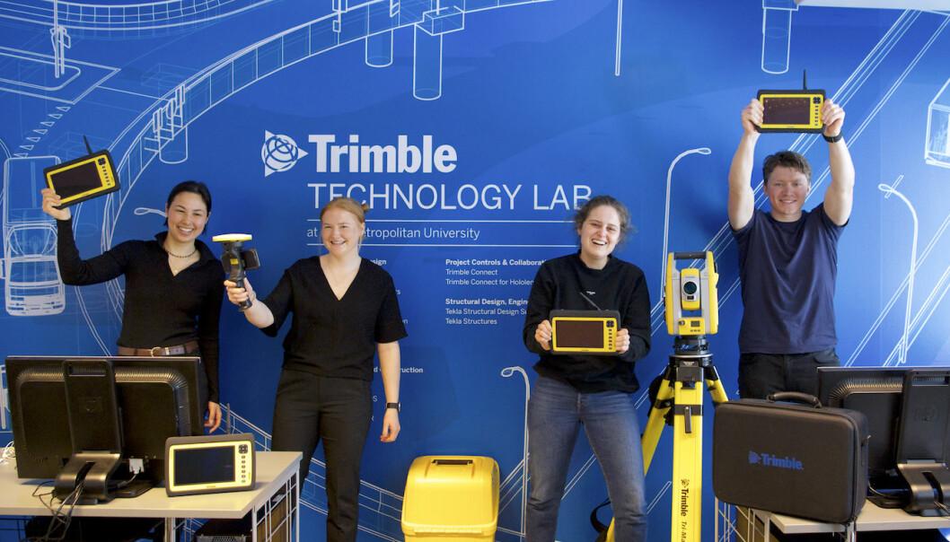 Studenter fra OsloMet viser fram utstyret i det nye laboratoriet.