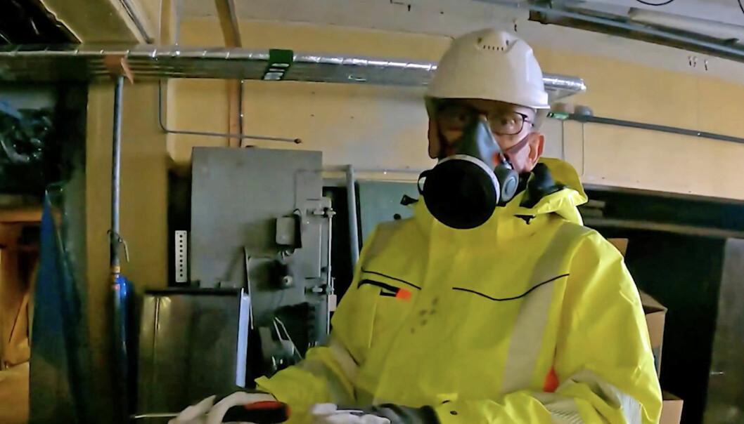 RYDDER OPP: Tom Eriksen rydder opp i asbesttabber nesten på fulltid. På Tekstilindustrimuseet forteller han hvordan millionskadene skyldes et rør med asbestisolasjon som ble kuttet.