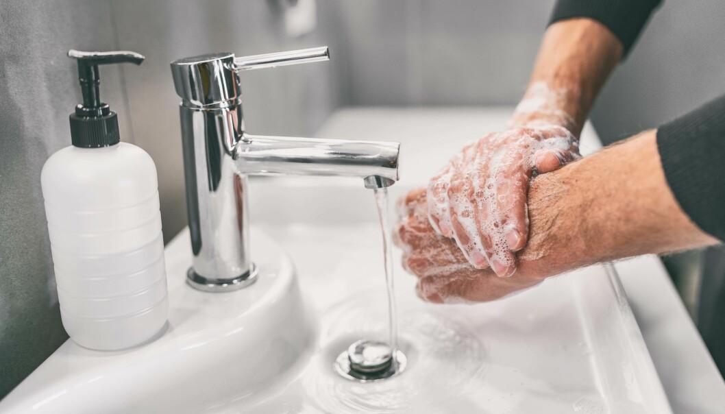 SKYLLES NED: Håndvask dreper ikke bakteriene – den bare skyller dem bort.
