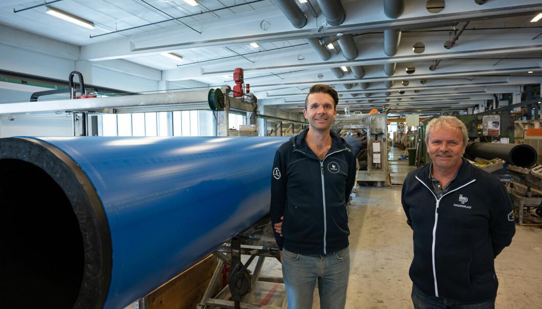 Sverre Tragethon (t.v) overtar nå den daglige ledelsen av Hallingplast AS etter sin far Steinar, som får nye oppgaver innen teknikk og utvikling etter 40 år som leder av bedriften.
