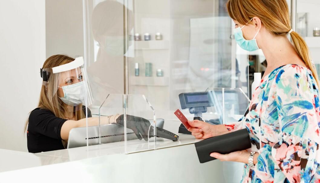 HJELPER IKKE: Pleksiglassveggene hjelper stort sett ikke – de kan like gjerne hemme skikkelig ventilasjon.