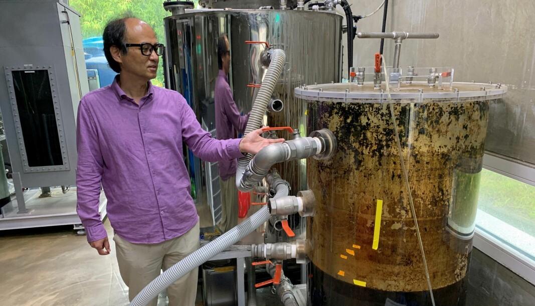 LOKALT: Det lages lokalt og brukes lokalt – Jaeweon Cho viser frem anlegget som lager biogass av det som legges igjen på universitetets egne toaletter. Foto: Unist BEEVI: Den koreanske professoren er inspirert av bier, som henter viktige produkter rett ut av naturen.