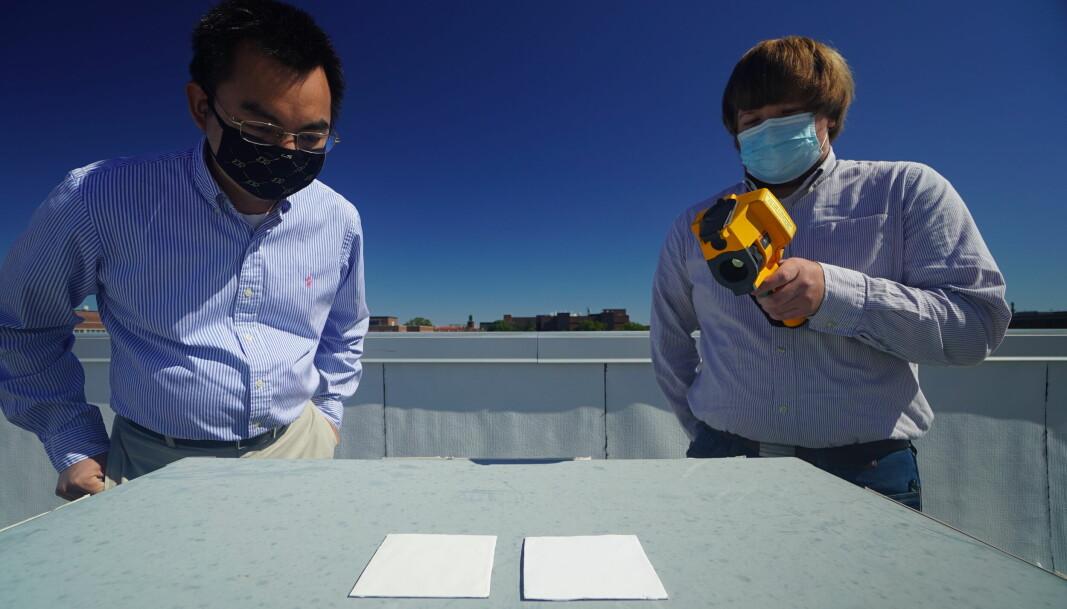 KJØLER: Xiulin Ruan (til venstre) og Joseph Peoples bruker et infrarødt kamera for å sjekke kjøleeffekten til hvitmalingen på et varmt tak
