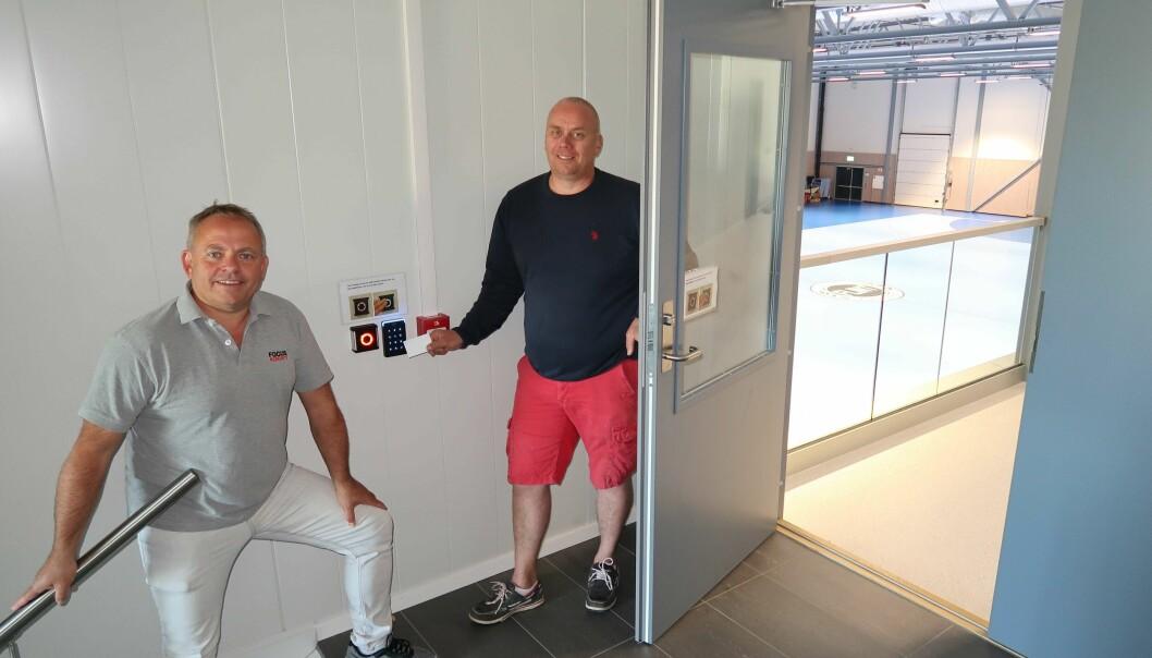 ETT KORT: Driftsleder Helge Hay (til høyre) har 100 adgangskort i omløp. Bjarte Hatlenes i Focus Security har levert Norges første system basert på den newzealandske sikkerhetsplattformen ICT.