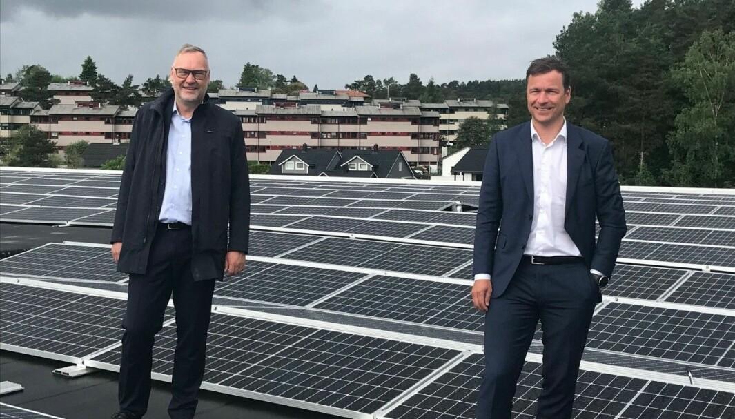 PÅ TAKET: Administrerende direktør i Nordea Liv Eiendom, Nils Arne Gundersen, og administrerende direktør i Nordea Liv, Hans-Erik Lind, inspiserer solcelleanlegget på taket i Fyllingsdalen.